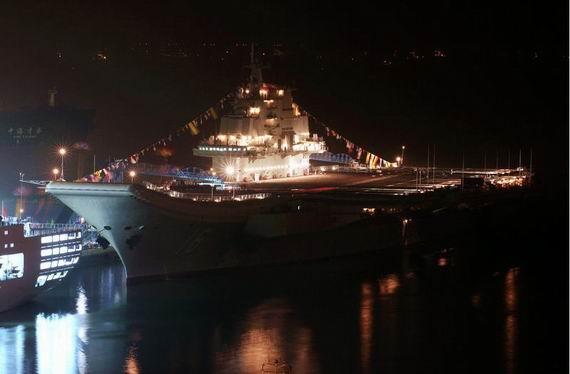 资料图:夜间的辽宁舰。