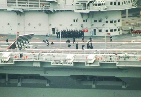 大连造船厂的航母建造现场。