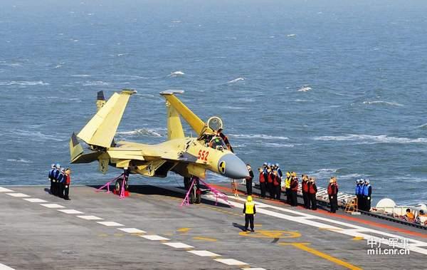 歼-15在辽宁舰上里程碑式起降。