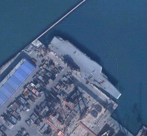 """资料图:""""瓦良格""""号航母的卫星照片。"""