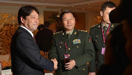 资料图:小野寺五典(左)在香格里拉对话会场与中国人民解放军副总参谋长戚建国主动握手。