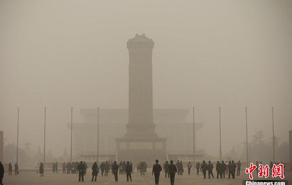 2月28日,雾霾中的北京天安门广场。刘震 摄