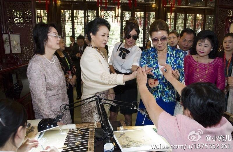 请出席亚信峰会国家领导人夫人观看非物质文化遗产展示和文艺演出图片