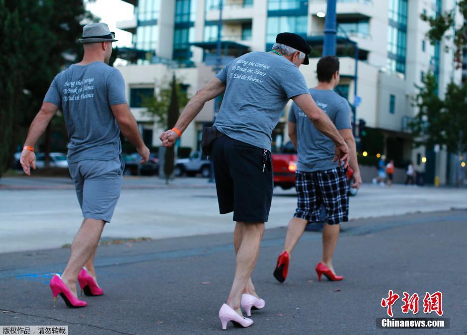 美国男子踩高跟结伴游街 歪歪扭扭很不适