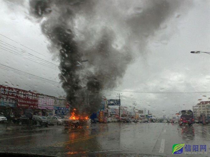 信阳发生了多起汽车自燃的现象.   由于信阳多地出现险情,消高清图片
