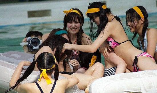 日本举行百人水泳竞赛
