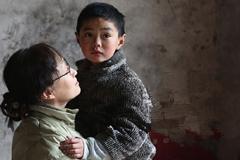 山东男孩与精神病母亲被锁8年