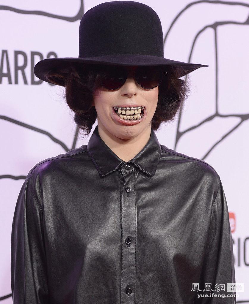 女人牙齿黑_