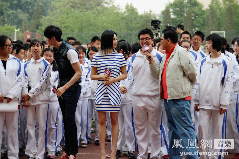 继走进清华大学举办专场座谈会之后,近日尚雯婕再度受邀随东方卫视图片