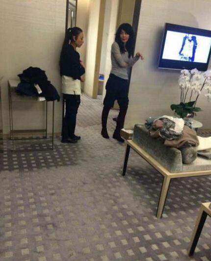 王菲服装店购物身形瘦 网友:霆锋不在没人做饭