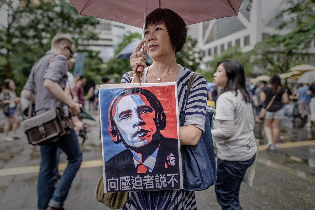 6月15日,香港团体从遮打花园游行到美国驻港领事馆,声援斯诺登。香港特区行政长官梁振英15日晚就斯诺登事件发表声明说,在斯诺登一事上,当相关机制启动后,特区政府将按香港的法律和既定程序处理。同时,特区政府亦会跟进任何香港机构或香港人的私隐或其他权利被侵犯的事件。