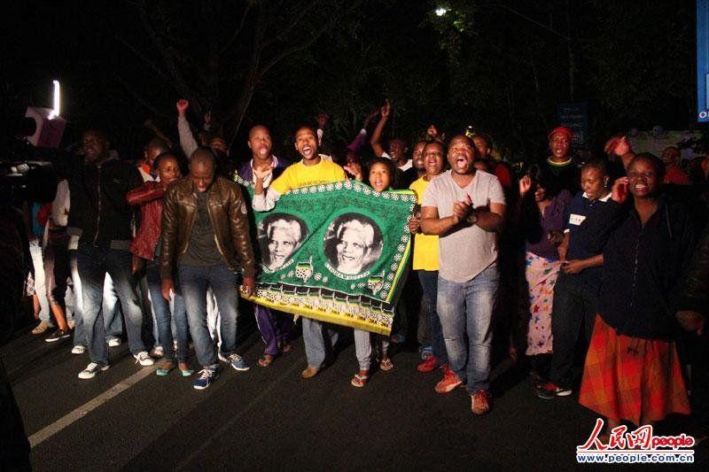 人民网约翰内斯堡12月6日电 (王欲然)南非现任总统祖马5日发表声明称,南非前总统曼德拉在约翰内斯堡住所去世,享年95岁。记者第一时间赶在曼德拉的住所前看到,这里聚集了大量的南非民众和媒体。