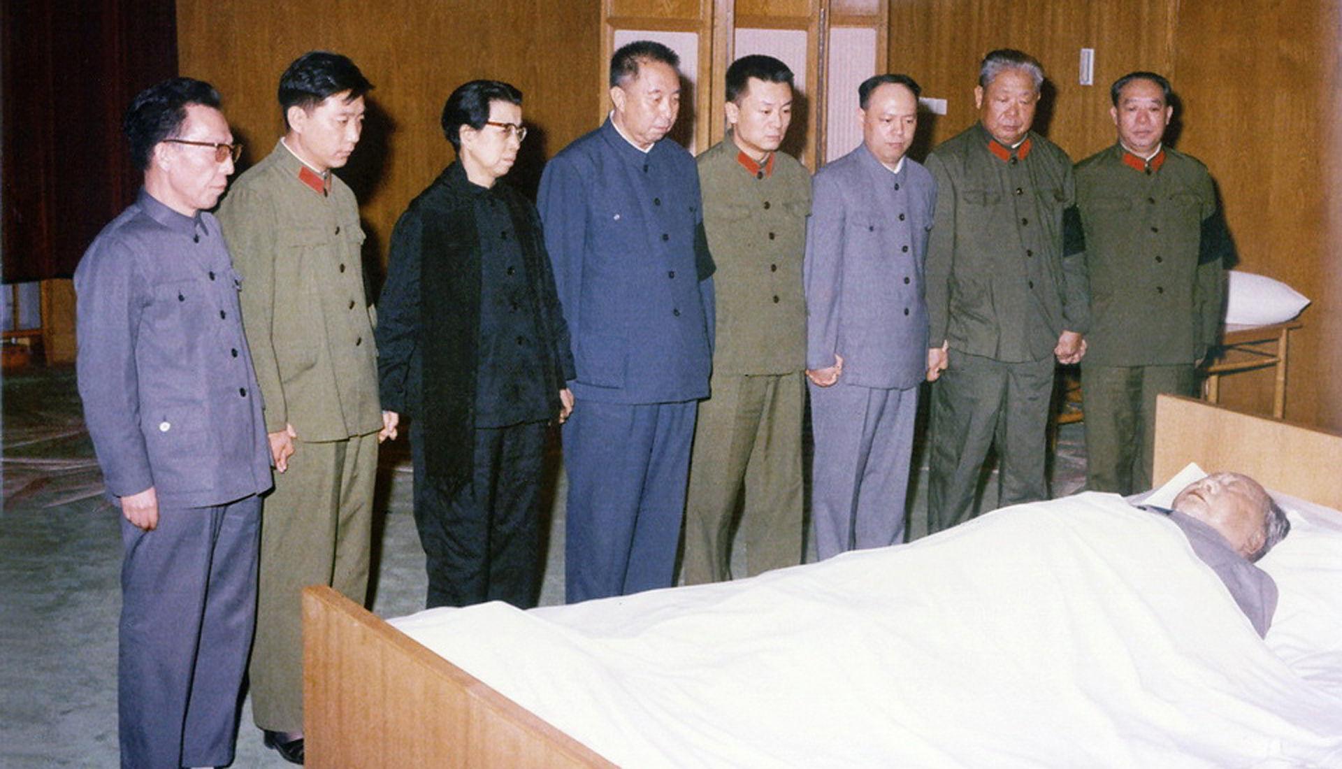 毛泽东/1976年毛泽东遗体前...