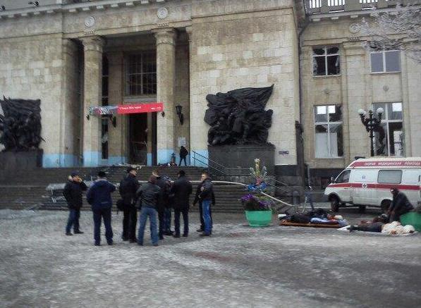 12月29日,据俄塔社报道,俄罗斯南部城市伏尔加格勒火车站发生一起爆炸,目前爆炸已造成18人死亡,50多人受伤,火车站两层被炸。据初步判断是女性恐怖分子自杀式爆炸。图为救援现场。