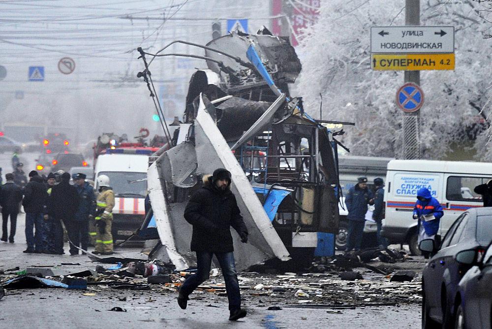 """据俄媒最新消息,俄罗斯伏尔加格勒一辆无轨电车30日发生爆炸,爆炸死亡人数已从10人升至15人。当地调查人员表示,这次袭击是""""又一次恐怖袭击"""",因嫌疑人与29日车站爆炸案中一名被目击者极为类似。"""
