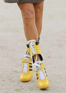 黄色高跟鞋