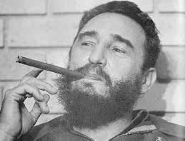 """卡斯特罗曾亲口透露,在戒烟的最初5年里,他连做梦都梦见自己在抽雪茄。时至今日,他仍然对雪茄津津乐道:""""上等的雪茄不应太大,也不要过小,燃烧比较均匀,哪怕你从角上点燃,火焰也会自动弥补你的失误。劣质雪茄就不同了,烟雾缭绕,如同蒸汽机车,散发出的味道更令人窒息。""""在发现记者手中夹着一支""""科伊瓦""""后,卡斯特罗非常沮丧,他说这是他近23年来最钟爱的雪茄品牌。   吞云吐雾中的古巴传奇:卡斯特罗雪茄照"""
