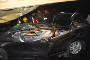 杭州一汽车被集装箱压扁车内4名90后奇迹生还