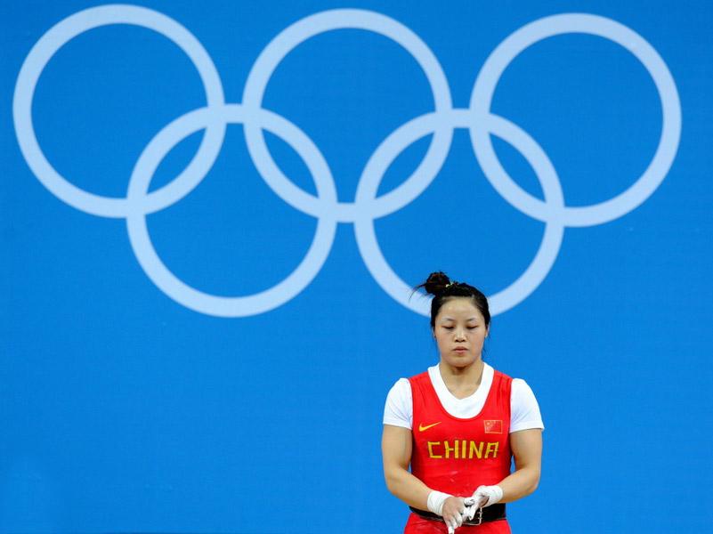 北京时间7月29日,在2012年伦敦奥运会举重女子53公斤级的比赛中,中国选手周俊在抓举比赛中三次试举失败,无缘奖牌。赛前准备。