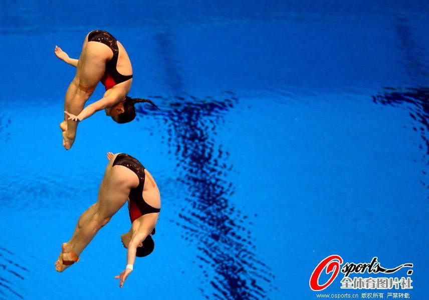 女子双人3米板决赛,中国梦幻组合吴敏霞/何姿以总成绩346.20分,领先第二名美国组合布莱恩特/约翰森近25分的绝对优势获得金牌。中国队实现奥运会该项目三连冠。
