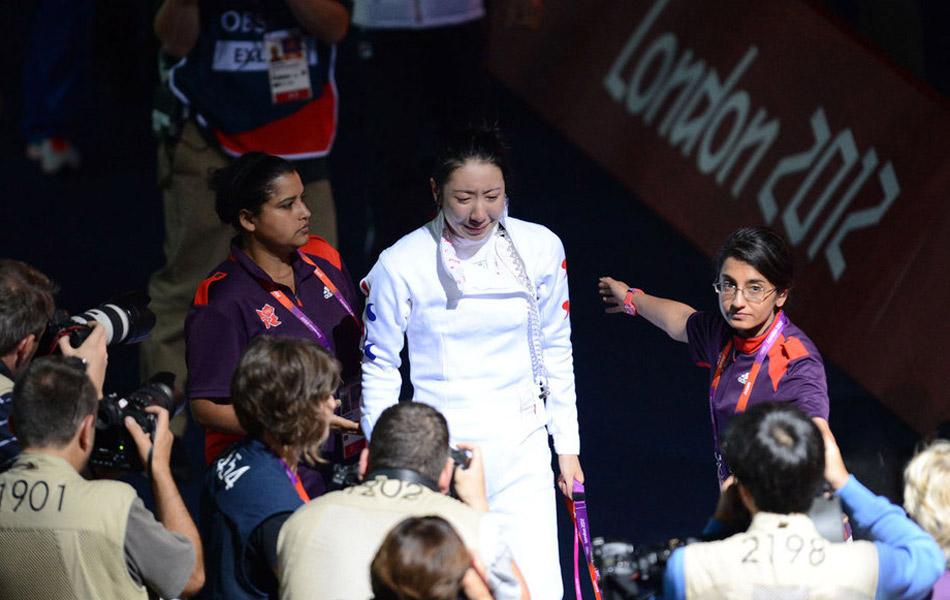 当地时间7月30日,2012年伦敦奥运会击剑比赛继续进行,女子重剑个人赛半决赛,北京奥运会冠军、德国剑客海德曼依靠加时赛的黄金一剑以6-5险胜韩国名将申雅岚,晋级决赛。本场比赛,海德曼的最后一剑遭惹争议,韩国队主教练向组委会申诉海德曼的这一剑无效被驳回,痛失决赛的申雅岚当场飙泪,比赛也因此僵持2个小时。
