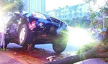 长沙一越野车连撞11人 正值下班高峰