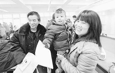近日,山东省济南市天和新居公建一楼,首次大规模公租房选房正式开始。图为正在选房的一家人。