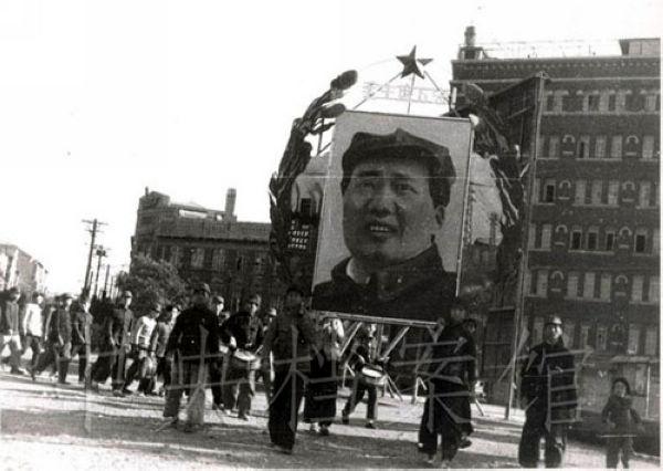 本组照片选取于中央档案馆发布《共和国脚步——1949年档案》专题,反映了1949年发生的重大历史事件。(摘自中国共产党新闻网)北平人民庆祝北平解放。
