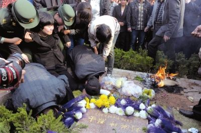 救火牺牲的北京消防员刘洪坤在山东滕州安葬图片 31436 400x266