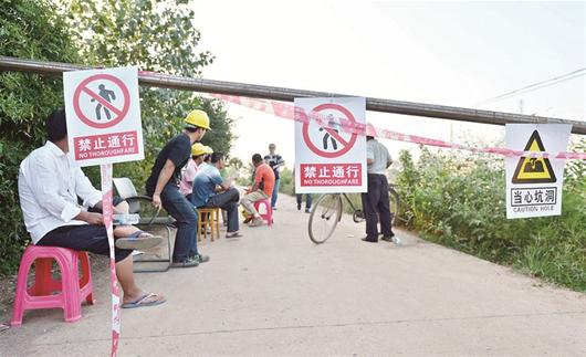 昨日,武汉市江夏区法泗街长虹村、八坛村突发大规模地陷,出现9个大小不一的锥形深坑,两栋民房垮塌下陷,另外5栋民房不同程度受损。江夏区迅速成立塌陷灾害处置指挥部,近百名村民被紧急疏散。目前当地政府未接到人员伤亡报告。