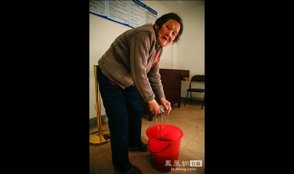 86岁的夏奶奶在教堂清洗门窗。夏奶奶教龄24年,为教堂做义工十多年,每逢周三、周六、周日,她都会前往教堂。(盛明珠/摄 胥大伟/文)