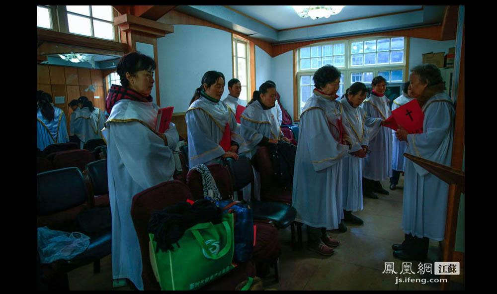 彩排开始前,唱诗班成员先做祷告。(盛明珠/摄 胥大伟/文)