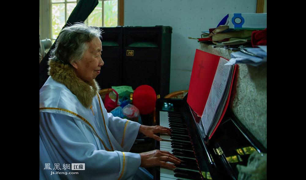 唱诗班的陈奶奶为彩排弹钢琴伴奏。她是一名退休幼儿教师,十几岁就开始信教,弹得一手好钢琴,在唱诗班担任领唱、合唱指挥、钢琴伴奏等角色。(盛明珠/摄 胥大伟/文)