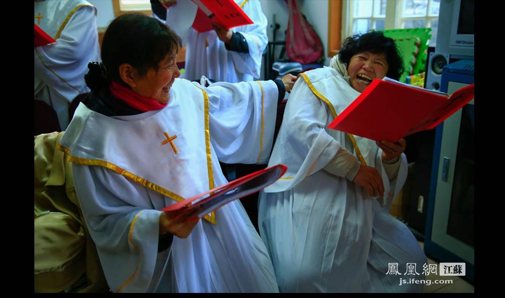 彩排间隙,吴大妈(右)与唱诗班的教友们开起了玩笑。唱诗班的成员不仅是有相同信仰的教友,私下还是彼此很要好的朋友。59岁的吴大妈是徐州人,信教29年,除了每周六前往教堂做礼拜,平时只要一有空就会去教堂做义工。(盛明珠/摄 胥大伟/文)