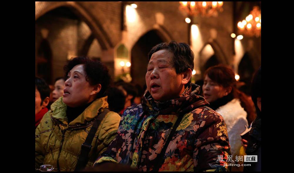 教堂内,一位信徒在台上牧师的带领下闭上眼睛唱颂歌。(盛明珠/摄 胥大伟/文)