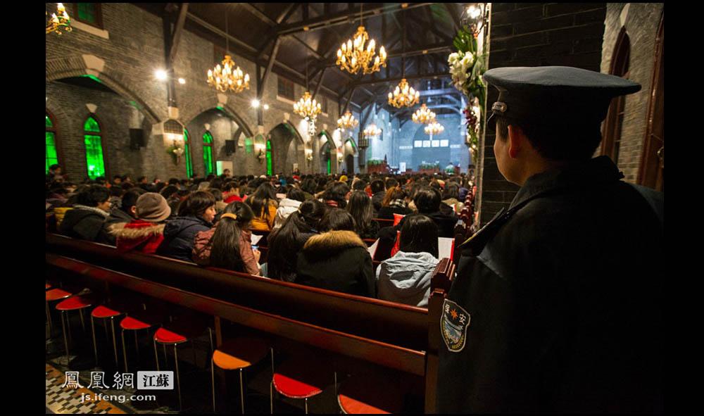 教堂内的一个角落里,一名保安注视现场。(盛明珠/摄 胥大伟/文)
