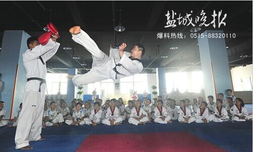 学习跆拳道礼仪和拳法,个个汗流满面.