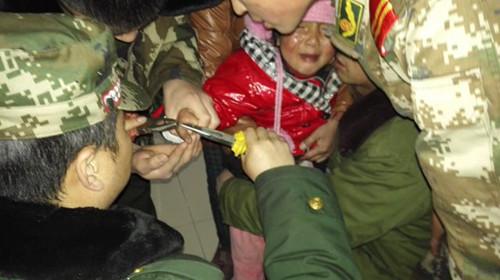 四岁女生女孩被卡消防大全巧取圈指铁环_西北官兵头像手指真实背影图片