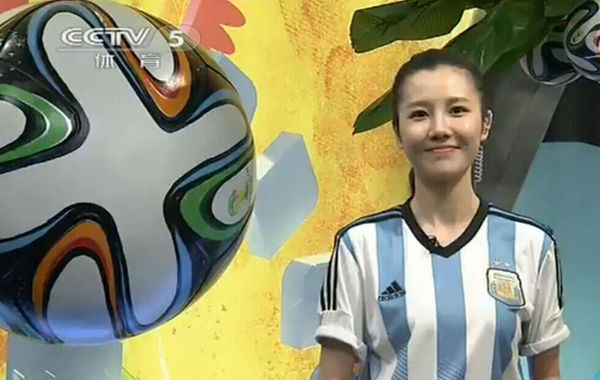 """世界杯造就了各种预言帝,而巴西世界杯让""""央视篮球女神""""刘语熙火了。她的这一次走红,依然要归功于她那强大的""""反向预测""""能力,穿谁球衣,谁就输球。今天她穿上了阿根廷的球衣,直到比赛第89分钟,这一魔咒还在延续。但是比赛最后时刻,梅西的进球拯救了阿根廷,帮助阿根廷1-0战胜伊朗!同时也拯救了刘语熙,在看到这样的结果后,刘语熙也长舒一口气,在微博中回应,感谢梅西。网友则表示的对乌贼刘的感谢:感谢你在下半场换了衣服……"""