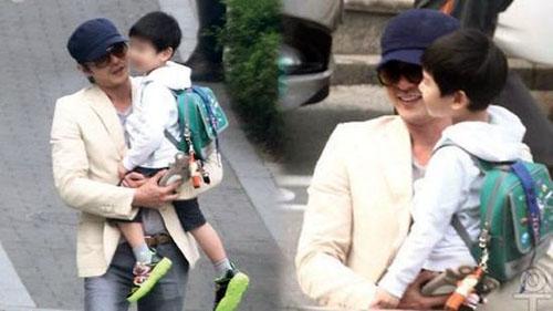 张东健 接3岁半儿子放学 父子首度被拍合照
