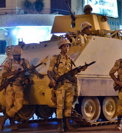 埃及军队在开罗街头部署装甲车