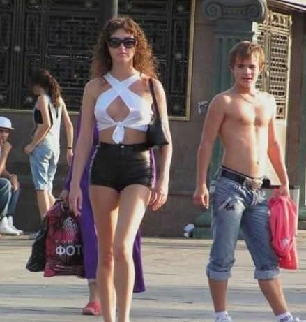 俄罗斯美女街拍 肌肤白里透红身材火辣