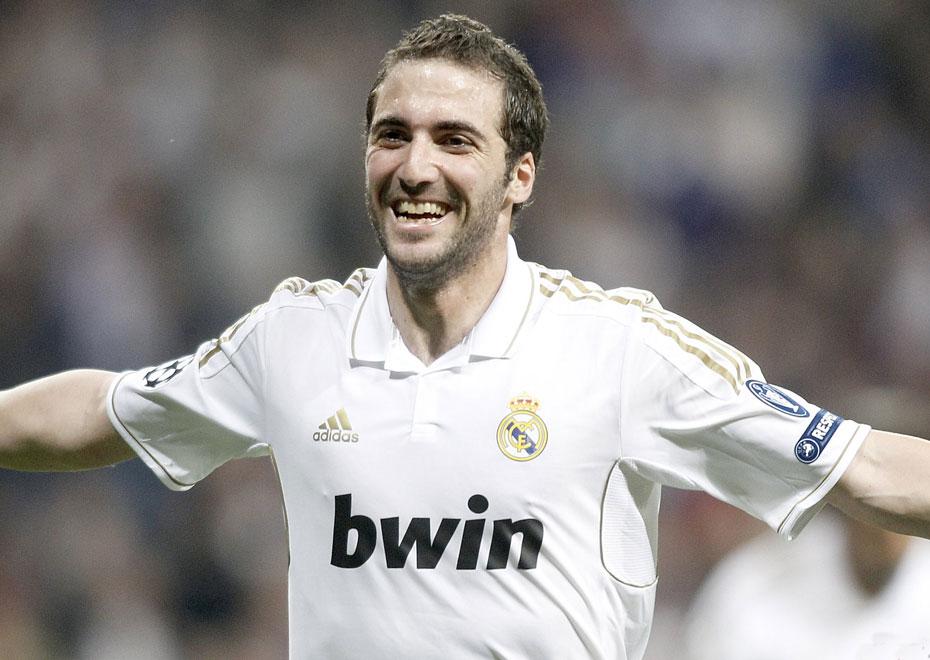 2012年3月15日,2011-2012赛季欧洲冠军联赛1/8决赛次回合,皇家马德里4-1莫斯科中央陆军,总比分5-2晋级8强。  图为伊瓜因首开纪录。