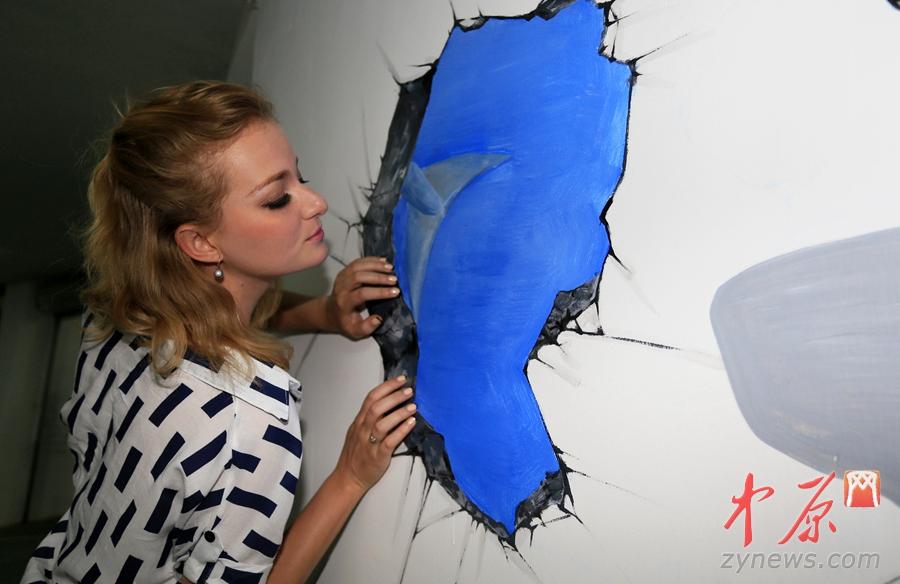 郑州首家3D海底世界艺术车库亮相 美女与鲨鱼