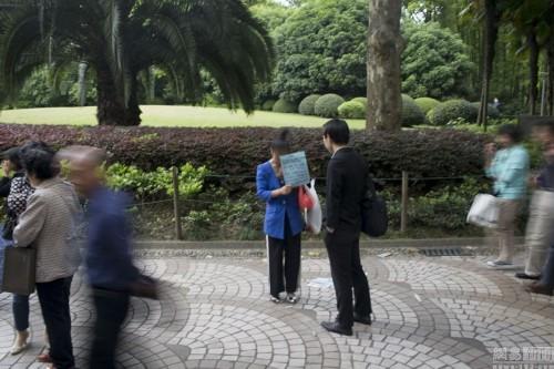 在上海,人民公园的相亲角,是中外闻名的相亲地.父母、媒人、单身...图片 61481 500x333