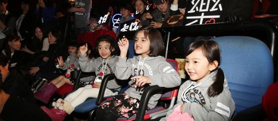 5个小演员在活动现场动作不断