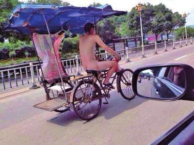 福州男子全裸骑三轮车