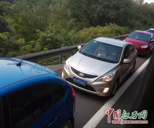昌九高速:1天70余起违法占道 交警也被堵在路上