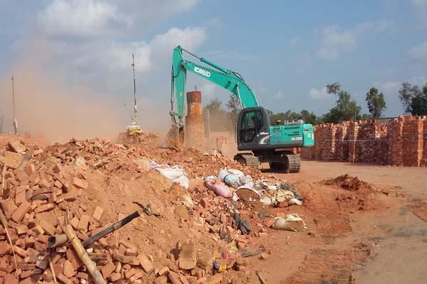 乐东县强制拆除六家非法实心粘土砖厂