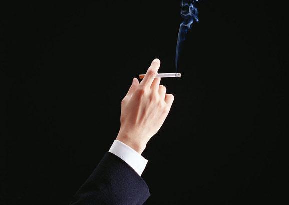 当人们吸食电子烟的时候释放出少量的尼古丁,烟碱,同时吐出的模拟烟雾